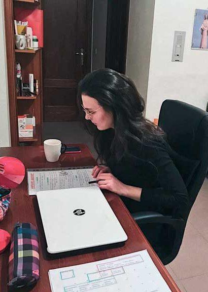 Estudiante en habitación de la residencia universitaria de Vitoria